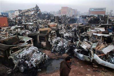 Spalone w wyniku akcji islamskich radykałów wyposażenie dla wojsk NATO w Afganistanie (Chinadaily.com.cn)