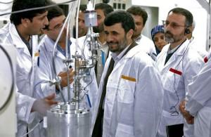 Prezydent M. Ahmadineżad podczas wizyty w reaktorze w Buszirze