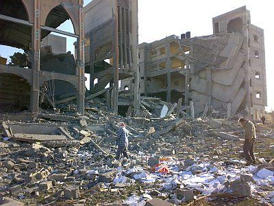 Zniszczony sierociniec i meczet w Strefie Gazy (Rafah). Zdjęcie: International Solidarity Movement
