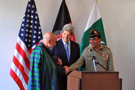 Prezydent Afganistanu Hamid Karzaj, Sekretarz Stanu USA John Kerry i szef sztabu armii Pakistanu gen. Aszfak Kajani na spotkaniu w Brukseli, kwiecień 2013 r. (fot. US State Department)