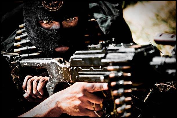 Bojownik Hamasu podczas ćwiczeń, 2008 r., Strefa Gazy (http://www.Zoriah.com)