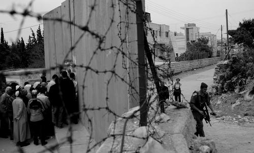 Przejście graniczne we wschodniej Jerozolimie (Kashklick/Flickr)