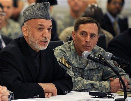 Hamid Karzaj i David Petraeus podczas konferencji w Kabulu, kwiecień 2010 (AP Photo/Shah Marai, Pool)