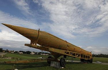 Nieużywany radziecki pocisk średniego zasięgu SS-4 w Hawanie. Czy wkrótce inne rakiety balistyczne wkrótce podzielą jego los? (Zdjęcie: Daylife)