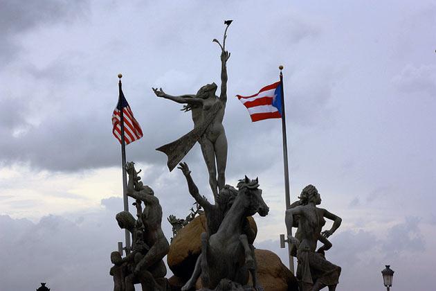 Flagi USA i Portoryka powiewające nad pomnikiem w San Juan, stolicy Portoryka (fot. Juska Wendland/Flickr)