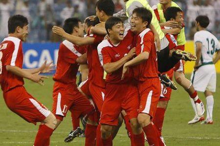 Piłkarze reprezentacji narodowej Korei Północnej cieszą się po awansie na Mundial w RPA (Źródło: Sunday Monday Herlad, smh.com.au)