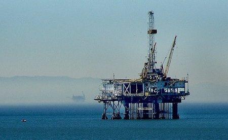 Platforma wydobywcza ropy naftowej (Flickr: arbyreed/CC)