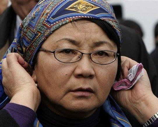 Roza Otunbajewa, nowa przywódczyni Kirgistanu, na pogrzebie jednej z ofiar zamieszek, które doprowadziły do przejęcia przez nią władzy (Daylife.com)