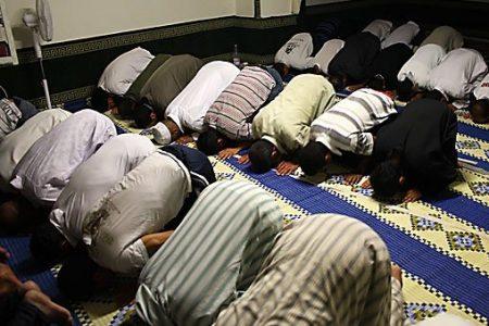 Muzułmanie podczas modlitwy (Źródło: WikiMedia Commons-Fotoguru.it, Marta, Lorenza e Vincenzo Iaconianni)
