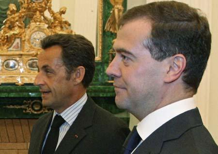 Prezydent Francji, Nicolas Sarkozy (z lewej), i prezydent Rosji, Dimitrij Miedwiediew (z prawej), zacieśniają współpracę polityczno-wojskową (Zdjęcie: Xinhua.net)