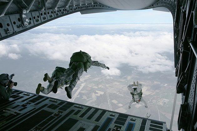 Trening spadochroniarski sił specjalnych USA (fot. Lance Cpl. Ronald W. Stauffer/USmil/Flickr)