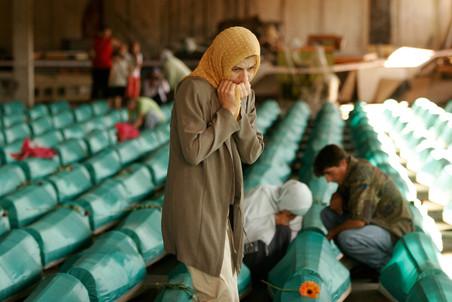 Kobiety opłakujące kolejne zidentyfikowane ofiary masakry w Srebrenicy tuż przed ich pogrzebem w miejscowości Potoczari w lipcu 2008 roku (AP Photo/Amel Emric/okonabalkany.blox.pl)