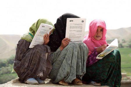 Afgańskie dziewczynki z prowincji Bamjan uczące się do egzaminów. Po powrocie Talibów taki widok stanie się rzadkością (Flickr: United Nations Photo)
