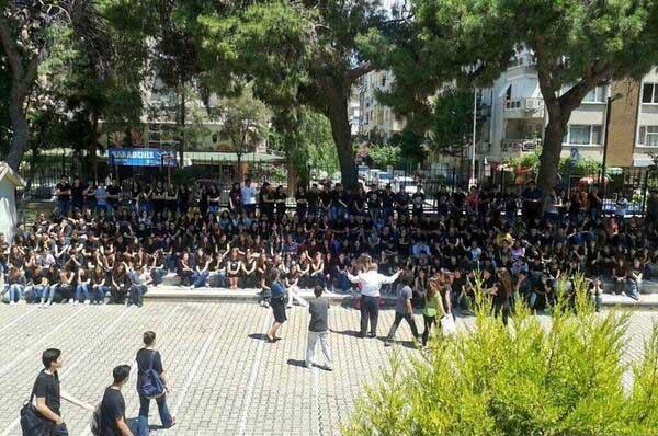 Apel w izmirskim liceum. Dyrektor został po nim oskarżony przez media o zachęcanie uczniów do udziału w demonstracjach, pomimo tego, że zachęcał do czegoś wręcz przeciwnego