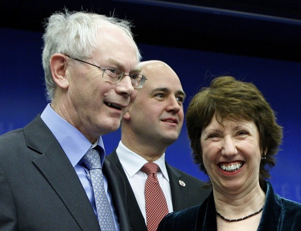 Nowa, kolektywna twarz UE: pierwszy stały przewodniczący Rady Europejskiej, Herman Van Rompuy (L) oraz nowy szef unijnej dyplomacji, Catherine Asthon (P). Między nimi premier sprawującej obecnie prezydencję UE Szwecji, Frederik Reinfeldt (Ś)