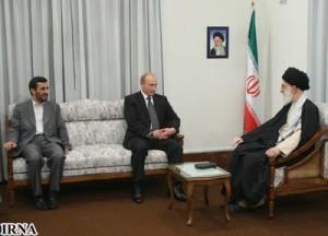 Od lewej: prezydent Iranu, M. Ahmadineżad, obecny premier Rosji, W. Putin, najwyższy przywódca Iranu, A. Chamenei
